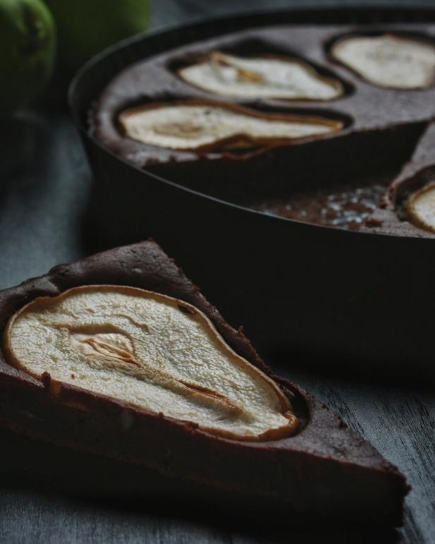 cokoladovy kolac s hruskou a mandlemi
